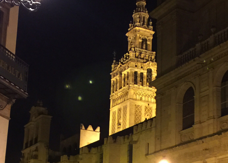 Triangle UFO formation filmed over the cathedral of Sevilla, Spain – 9th April 2015